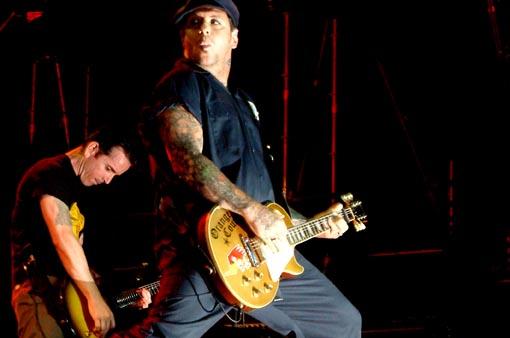 Social Distortion zuzenean. Mike Ness gitarrari su ateratzen. Arg: Galder Izagirre.