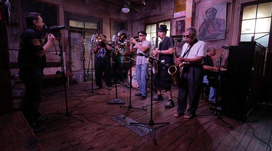 Fermin Muguruzak New Orleanseko hainbat musikarirekin grabatu du.